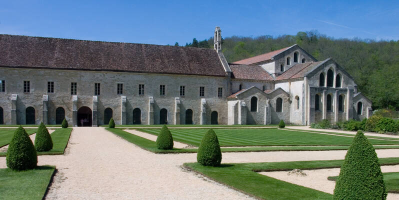 """""""Abbaye de Fontenay-Eglise Batiments"""" by Jean-Christophe BENOIST / CC BY-SA 3.0"""